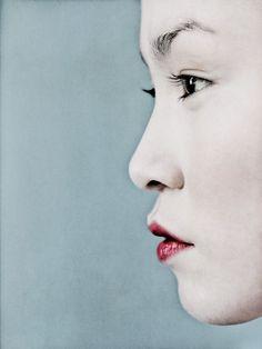 Portrait en profil.  je ziet het hoofd van de vrouw van de zij kant.