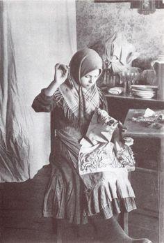Девочка за вышиванием. Владимирская губ. 1914 г. Ethnically Russian people. old photo