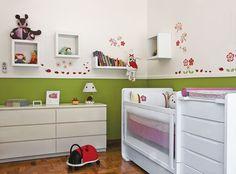 Saindo um pouco do rosa, com uma mescla de verde e chão de madeira o quarto da recém-nascida ficou fofo e esses nichos são de babar! invista nos nichos para uma boa decoração.