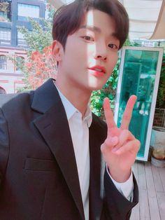 "SF9official on Twitter: ""오랜만에 보는구나 우리 판타징 신난당 #SF9 #Rowoon… "" Neoz School, Sf 9, Jung Hyun, Fandom, Fnc Entertainment, Kdrama Actors, Fantasy, Kpop Groups, Boyfriend Material"