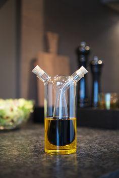 Met het olie en azijnstel van Leonardohaalt u een echte eyecatcher op uw eettafel! Het olie en azijnstel heeft een fraai en elegant design door zijn cilindervormige vorm. Het stel is handgemaakt van glas en heeft aan beidekanten een kurken dop. Zo heb je 2 schenkers voor een perfecte dosering. Het is ook leuk om weg te geven als cadeau! Dressings, Wine Decanter, Barware, Kitchen, Fresh Fruits And Vegetables, Corks, Vinegar, Cooking, Wine Carafe