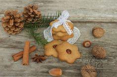 Po roku sú tu opät tie najkrajšie sviatky v roku – Vianoce  Aby ste ich prežili bez stresov a zbytočného prejedania, či priberania, ponúkam vám mojich 20 najobľúbenejších receptov na vianočné koláčiky. Tieto koláčiky súzo špaldovej či pohánkovej múky, bez stužených pokrmových tukov, len s použitím pravého masla alebo kokosového oleja, so zdravými orechmi,… Continue reading TOP 20 vianočných receptov z kuchyne MOJE JEDLO Gingerbread Cookies, Christmas Cookies, Ale, Desserts, Food, Gingerbread Cupcakes, Xmas Cookies, Tailgate Desserts, Deserts