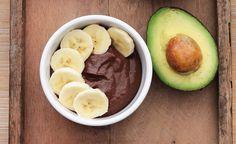 So lecker wie Nutella, aber viel gesünder und kalorienarm: Schoko-Avocado-Aufstrich mit Haselnüssen.