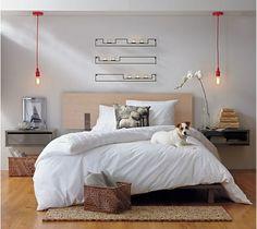 deux tables de chevets flottantes, une décoration murales avec bougeoirs, deux lampes pendantes rouges