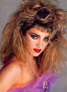 Penteados sem preocupação e utilização de muita laca; Maquiagem exagerada. Look anos 80. ícone: Madonna