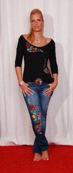 Kézzel hímzett egyenesszárú sötétkék női farmernadrág Folk Art, Hungarian Embroidery, Mandala, Capri Pants, Tech, Traditional, Chic, Places, Modern