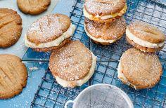 Recept på kanelkakor med hjortronkräm. Förvara krämen i kylen och bred den på kakorna strax före servering.