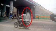 Person Riding a Bike With Ghost,Real Ghost Spirit Caught Back Seat Of Th. Ghost Images, Ghost Pictures, Creepy Pictures, Ghost Pics, Creepy Ghost, Spooky Scary, Scary Places, Haunted Places, Creepy Things