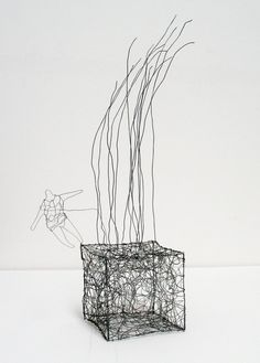 Fun Crafts, Arts And Crafts, Wire Art Sculpture, 3d Drawings, Stainless Steel Wire, Garden Art, Les Oeuvres, Fiber Art, Picnic