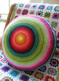 58 Ideas For Crochet Pillow Round Colour Crochet Motifs, Crochet Circles, Crochet Home Decor, Love Crochet, Crochet Granny, Knit Or Crochet, Crochet Stitches, Crochet Patterns, Granny Granny