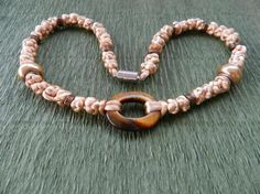 Collar de nudos chinos de hilo de cola de rata, cuentas de metal y tipo pandora  de perla y colgante de piedra semipreciosa (ojo de tigre) .www.singularts.es
