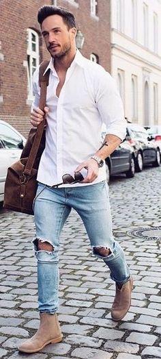 Look Réveillon 2018. Macho Moda - Blog de Moda Masculina: Looks Masculinos para o RÉVEILLON 2018: 33 Dicas de Visual para a Virada do Ano. Moda para Homens, Roupa de Homem Réveillon, Roupa de Homem Réveillon 2018. Camisa Branca Slim, Calça Jeans Rasgada, Chelsea Boot Marrom