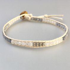 Verspieltes Perlenarmband mit Perlen in silber, weiss und grau,  beige Baumwollschnur, Freundschaftsarmband, handgefertigt Handmade Bracelets, Handmade Gifts, Handmade Jewelry, Trending Outfits, Unique Jewelry, Etsy Seller, Bangles, Vintage, Style