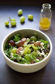 Une petite salade raisin feta et roquette, simple en apparence, mais super goûteuse ! Une salade sucrée salée parfaite à réaliser en quelques minutes ! Recette sur www.lagodiche.fr