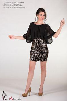 Vestido imitando dos piezs. Parte superior de gasa con mangas anchas, tipo kimono. Cierre posterior por botón, dejando apertura sensual en la espalda. Falda de lentejuelas doradas y negras. Precio: 34.95€.  M: Pecho: 90-120, Cintura: 68-80, Cadera: 92-106; equivalente a tallas 36-38  L: Pecho: 100-126, Cintura: 72-86, Cadera: 94-112, Largo: 84. Equivalente a talla 40-42.