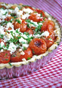 Tart of Roasted Cherry Tomatoes and Feta Cherry Tomato Pie, Tart Recipes, Cooking Recipes, Food Porn, Roasted Cherry Tomatoes, Good Food, Yummy Food, Salty Foods, Fun Easy Recipes