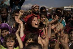 Premio Pulitzer 2013, Alcune persone cantano nel campo profughi nei pressi di Atma, 26 ottobre 2012  © AP Photo/ Manu Brabo