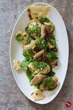 So habt ihr Blumenkohl noch nie gegessen! Als Chaat Masala mit Ingwer, Jalapenos und Joghurtsauce mit Koriander und gerösteten Mandeln mit Fladenbrot #blumenkohl #vegetarisch #rezept #auflauf #curry #ofen #indisch #ottolenghi #koriander #backofen #geröstet #joghurt #ingwer #vegan #masala #kartoffel #tikka #chicken #foodblog #foodstyling #foodphotography Sprouts, Broccoli, Vegetables, Recipes, Food, Indian Recipes, Cilantro, Most Popular Recipes, Roasted Cauliflower