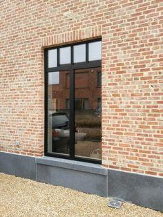 Ramen Steel look zwart aluminium Steel Doors And Windows, Saint Sauveur, Brick Detail, My Ideal Home, Interior Windows, Window Styles, House Windows, House Layouts, House Front