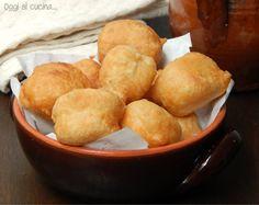 Le pettole, sono delle palline morbide fritte di pasta lievitata, ricetta tipica pugliese che per tradizione si preparavano la vigilia dell'Immacolata.