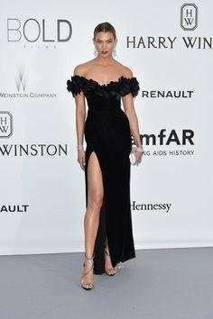De la Gala amfAR: Karlie Kloss. Con un vestido negro de terciopelo de Marchesa otoño 2016.