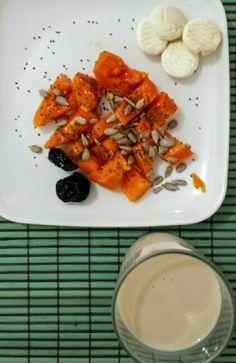 Café da manhã saudável: mamão papaia com semente de girassol e chia. 2 ameixas seca. Biscoitinhos de polvilho. Leite de soja sabor coco.