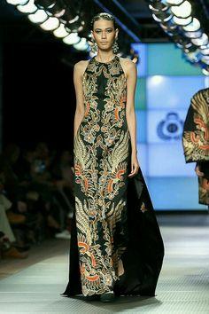 Batik Fashion, Women's Fashion, Batik Kebaya, Royal Dresses, Valentino, Traditional Dresses, Evening Dresses, Fashion Dresses, Modern Batik Dress