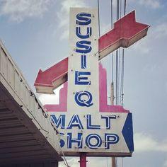 The gorgeous vintage Susie Q Malt Shop sign. #susieq #susieqmaltshop #rogersarkansas #visitrogers #arkansasfood #visitarkansas #neon #vintagesign