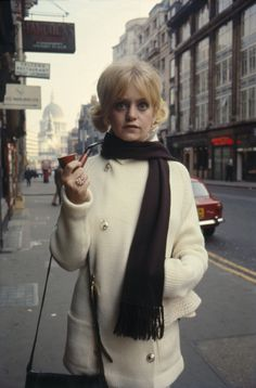 Goldie Hawn in London for filming There's A Girl In My Soup, photographed by Terry O'Neill, Goldie Hawn Kurt Russell, Terry O Neill, London Films, Women Smoking, Classy Women, Classy Lady, Celebs, Celebrities, Fashion Photo