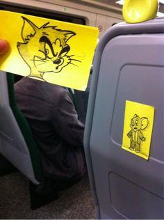 Pequeños dibujos en post-it reemplazan las cabezas de pasajeros del tren (15)