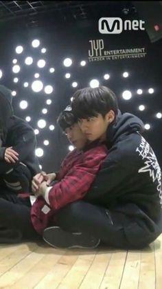 Jisung + Minho  Jisung looks so lil