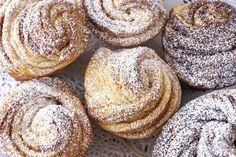 Kívül ropogós, belül puha húsvéti cruffin: egyszerre muffin és croissant - Recept | Femina Hungarian Cake, Croissant, Doughnut, Gluten Free, Bread, Sweet, Vaj, Foods, Cakes