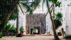 La lujosa mansión de Pablo Escobar que se convirtió en hotel en Tulúm. Diseño arquitectónico. Acabados arquitectónicos. Patio interior. muebles para exterior. Sofás. Encuentra dónde comprar este diseño y Producto en Colombia.