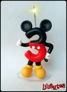 Vela modelada em biscuit para compor enfeites de bolo, inspirado no personagem da Disney : Mickey . **Contém 1 pavio mágico removível e base acrílica. **Também faço projetos personalizados com o tema, cores e detalhes que você escolher. R$ 35,00