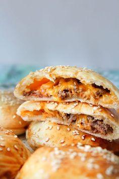De her små cheeseburger snacks er virkelig gode og alt for nemme at lave! De egner sig fint til madpakke med grøntsager ved siden af. Vi spiser dem både som snacks og helt måltid med tilbehør herhj…