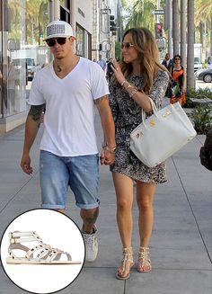 JENNIFER LÓPEZ  Por más sencillitas que parezcan las zapatillas planas con estoperoles dorados que lució JLo, son Valentino y su precio orig...