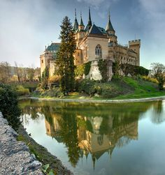 Castle – Bojnice Castle at Bojnice Slovakia Beautiful Castles, Beautiful Buildings, Beautiful Places, Castle Ruins, Medieval Castle, Photo Chateau, Places Around The World, Around The Worlds, Castle In The Sky