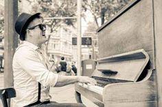 Alex Evans From Florida nach Karlsruhe heißt seine Geschichte. Er ist Künstler und Priester. Eine interessante Mischung. Alex Evans begleitet den Abend der 3. PIXX Lounge am Klavier. Erfahren Sie mehr über den Mann am Klavier in der kommenden Ausgabe des PIXX Magazin.