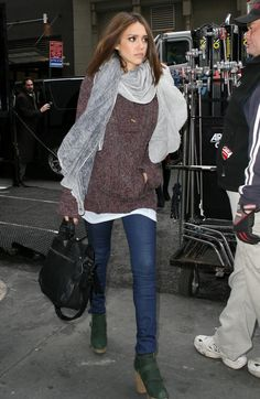 outfit, hair, and makeup Jessica Alba Estilo Vanessa Hudgens, Outfits Winter, Jessica Alba Style, Look Chic, Autumn Winter Fashion, Winter Style, Fall Winter, Fall Fashion, Her Style