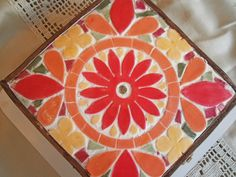 Resultado de imagen para cajas con mosaiquismo Mosaic Crafts, Mosaic Art, Mosaic Tiles, Craft Gifts, Plastic Cutting Board, Stained Glass, Diy And Crafts, Geometric Patterns, Shells