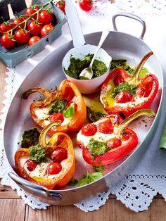 Gegrillte Paprikaschoten mit Kirschtomaten, Mozzarella und Basilikum-Pesto