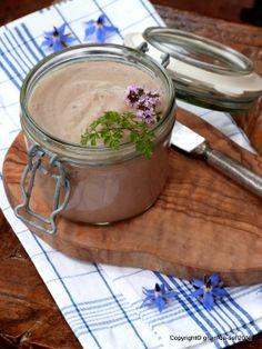 grain de sel - salzkorn: Für schick oder rustikal-romantisch: Geflügelleber-Mousse mit Sherryzwiebeln