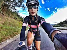 Hoy nos vestimos de Rosa pero en Julio vamos de Amarillo !!! El Tour de Francia nos espera!  Del 17 al 25 de Julio 6 etapas en bici 544 km en total los mejores altos 4 etapas para ver a los mas grandes  y terminar el último día en Paris  Qué tal??? Ya estoy fija !!!! Quien mas se va conmigo? Quedan solo dos cupos! Me dejan el correo en un comentario para enviar la info completa!!!! @swissandina #Safetti #letour #tourdefrancia #letourdefrance #Francia #bikegirls #cyclingshots #Fenix3…