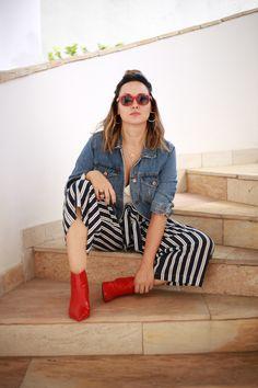 Jaqueta jeans com calça pantacourt e bota vermelha