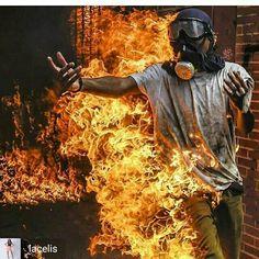 SOS Venezuela comunidad internacional AYUDAAA... esto ocurre en estos momento en nuestro pais (03/05/2017)
