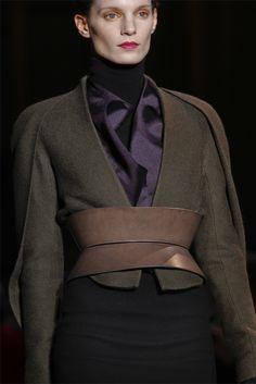 Este otoño, marcamos cintura con los cinturones corsé. Foto: F/W 2012 Haider Hackermann.