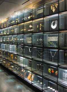 Perfect idea for a jewelry shop. Museum Exhibition Design, Exhibition Display, Exhibition Space, Design Museum, Museum Display Cases, Museum Displays, Display Wall, Shop Interior Design, Retail Design