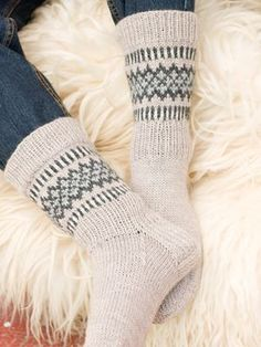Kirjoneulesukat Novita 7 Veljestä | Novita knits Fair Isle Knitting, Knitting Socks, Knitting Stitches, Hand Knitting, Knit Socks, Woolen Socks, Sock Toys, Warm Socks, Knitted Slippers