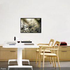 Das Arbeitszimmer ist mit modernem Sideboard, weißem Arbeitstisch und Designer-Stühlen aus Holz in einem natürlichen Stil eingerichtet.  - mehr auf roomido.com