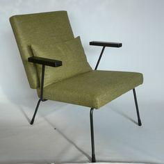 Gispen 1407 De Gispen stoel 1407 is nog steeds heel populair en zeker de moeite waard om te herstofferen. Deze stoel is een grotere variant van de Gispen 1401 en is midden jaren '50 ontworpen door Wim Rietveld. Opvallend aan deze stoel is dat zit- en ruggedeelte van deze stoel identiek zijn. Deze is opnieuw bekleed met de stof Jorvik. De collectie bevat maar liefst 26 kleuren. Het martindale bedraagt 70.000.  Stofsamenstelling: 82% wol, 10% linnen en 8% acryl.